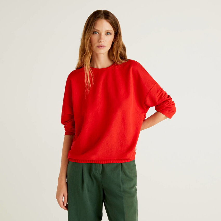 Solid color sweater with pleats on the back