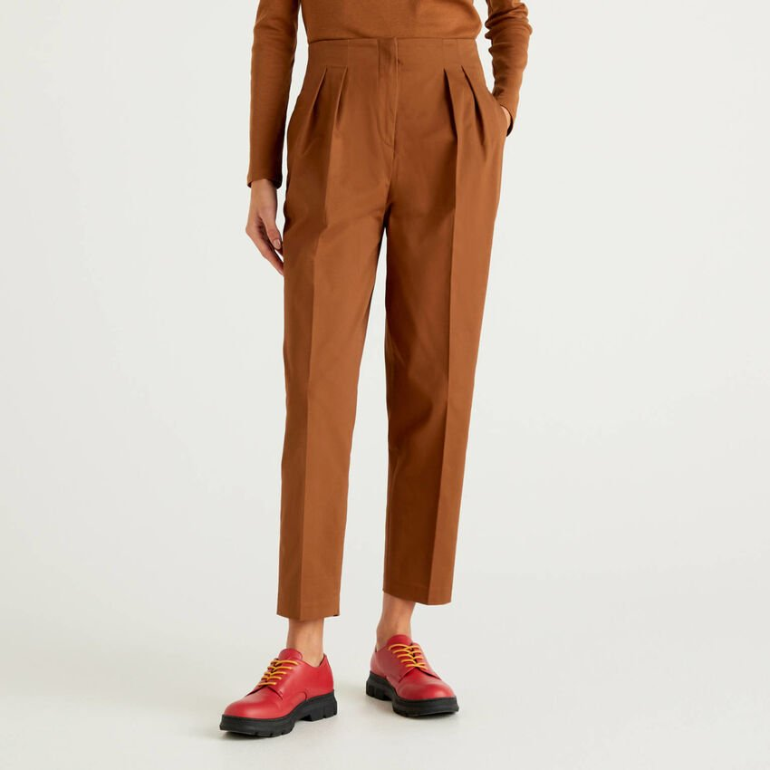 Trousers in stretch cotton with creases