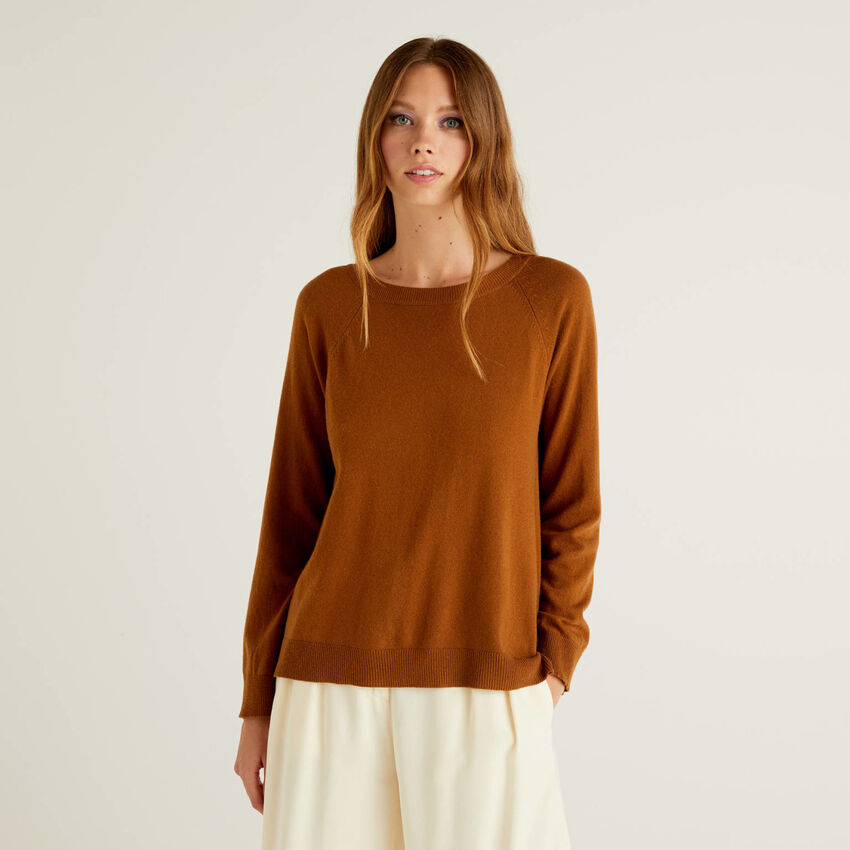 Brown sweater with pleat on the back