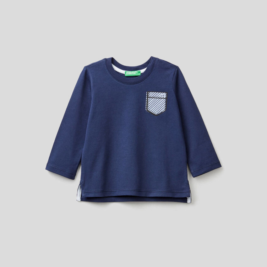 Dark blue t-shirt with printed pocket