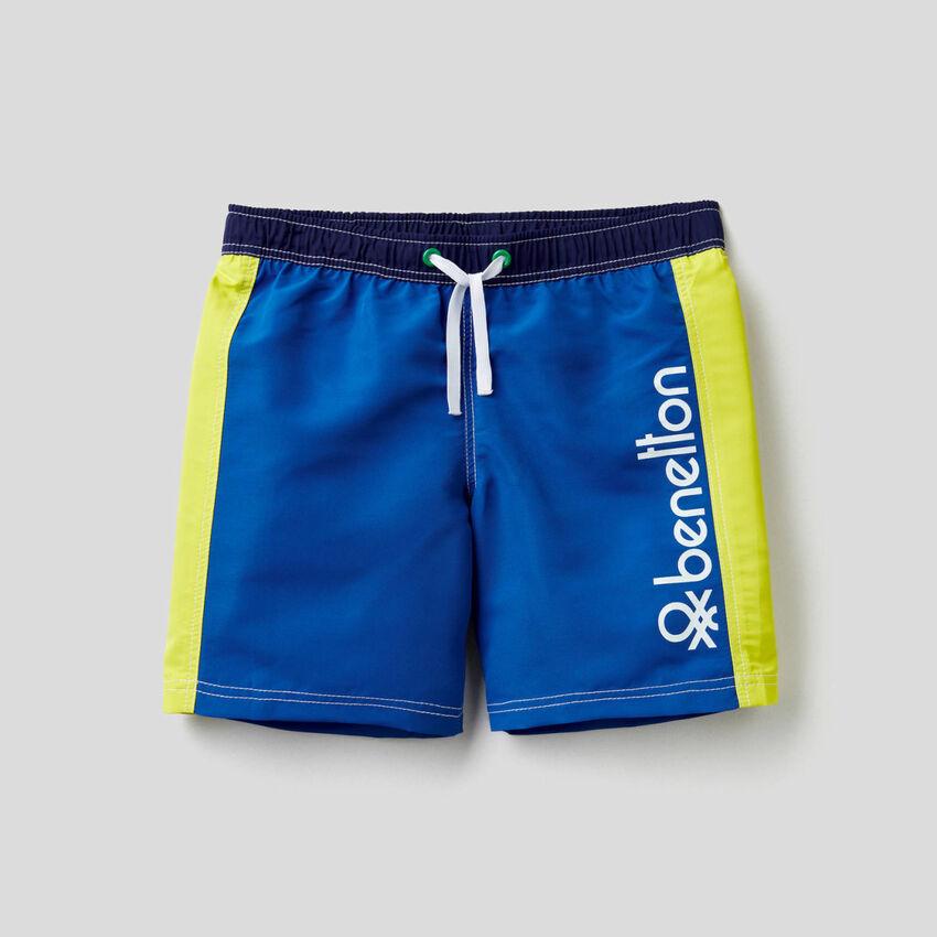 Swim trunks with clashing inserts